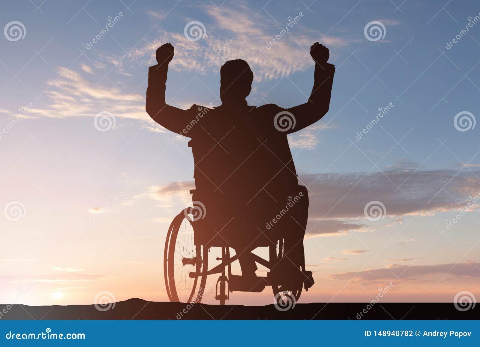 Silueta de un hombre discapacitado en la silla de ruedas