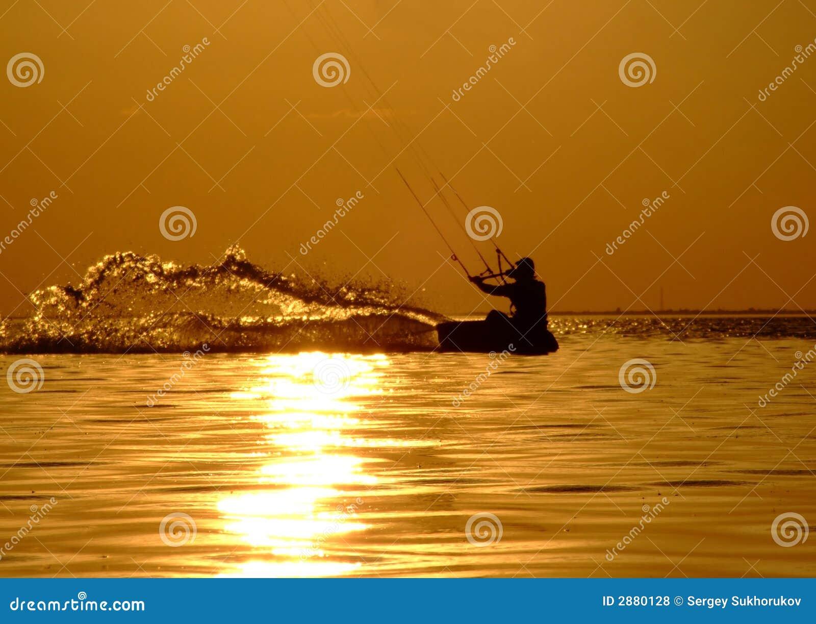 Silueta de un kitesurf