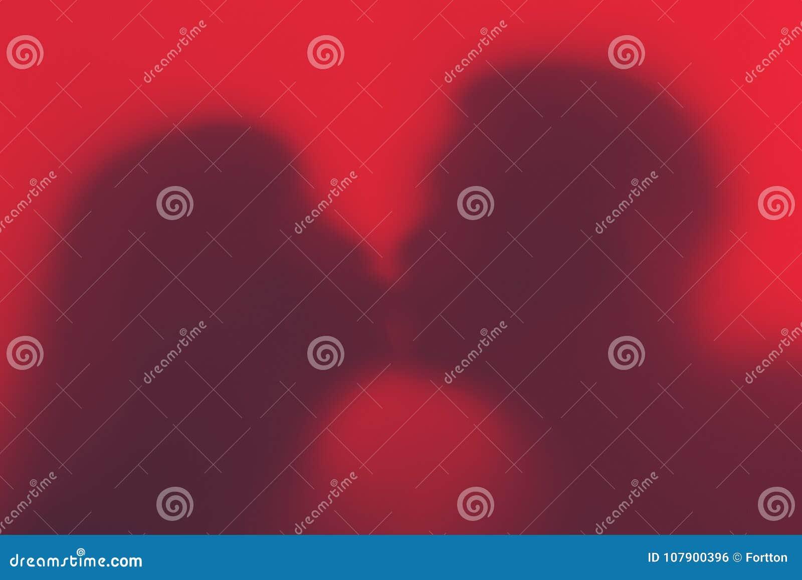 Silueta de un par cariñoso durante un beso Silueta del amante