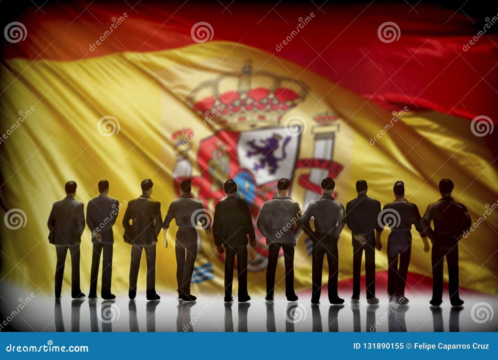 Silueta de varios hombres delante de la bandera española, conceptu