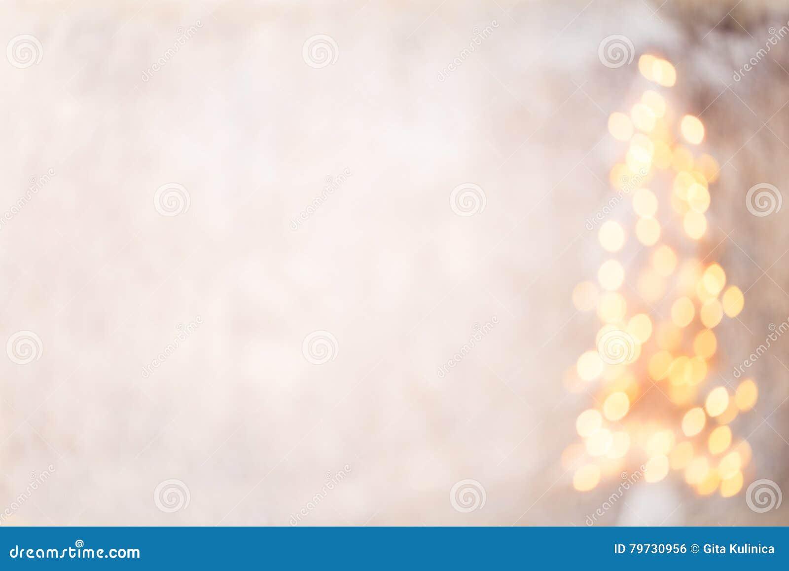 Silueta Defocused del árbol de navidad con las luces borrosas