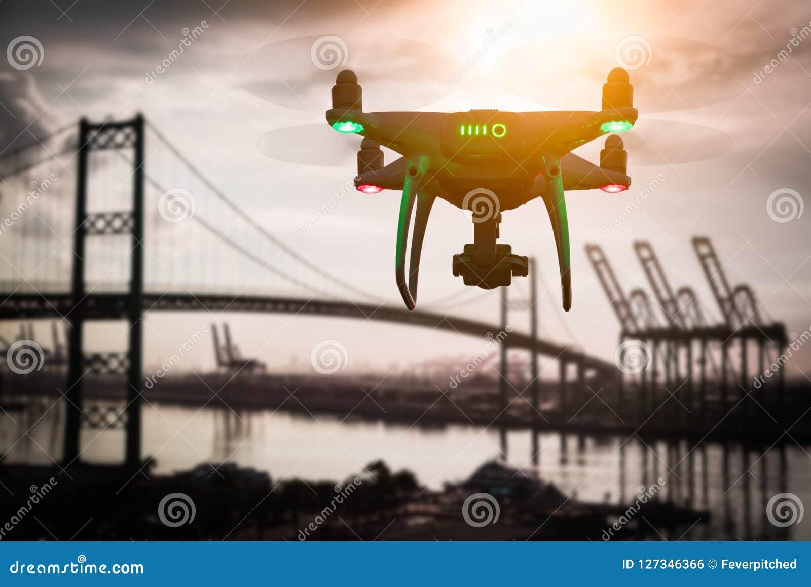 Silueta del abejón sin tripulación del sistema de aviones UAV Quadcopter