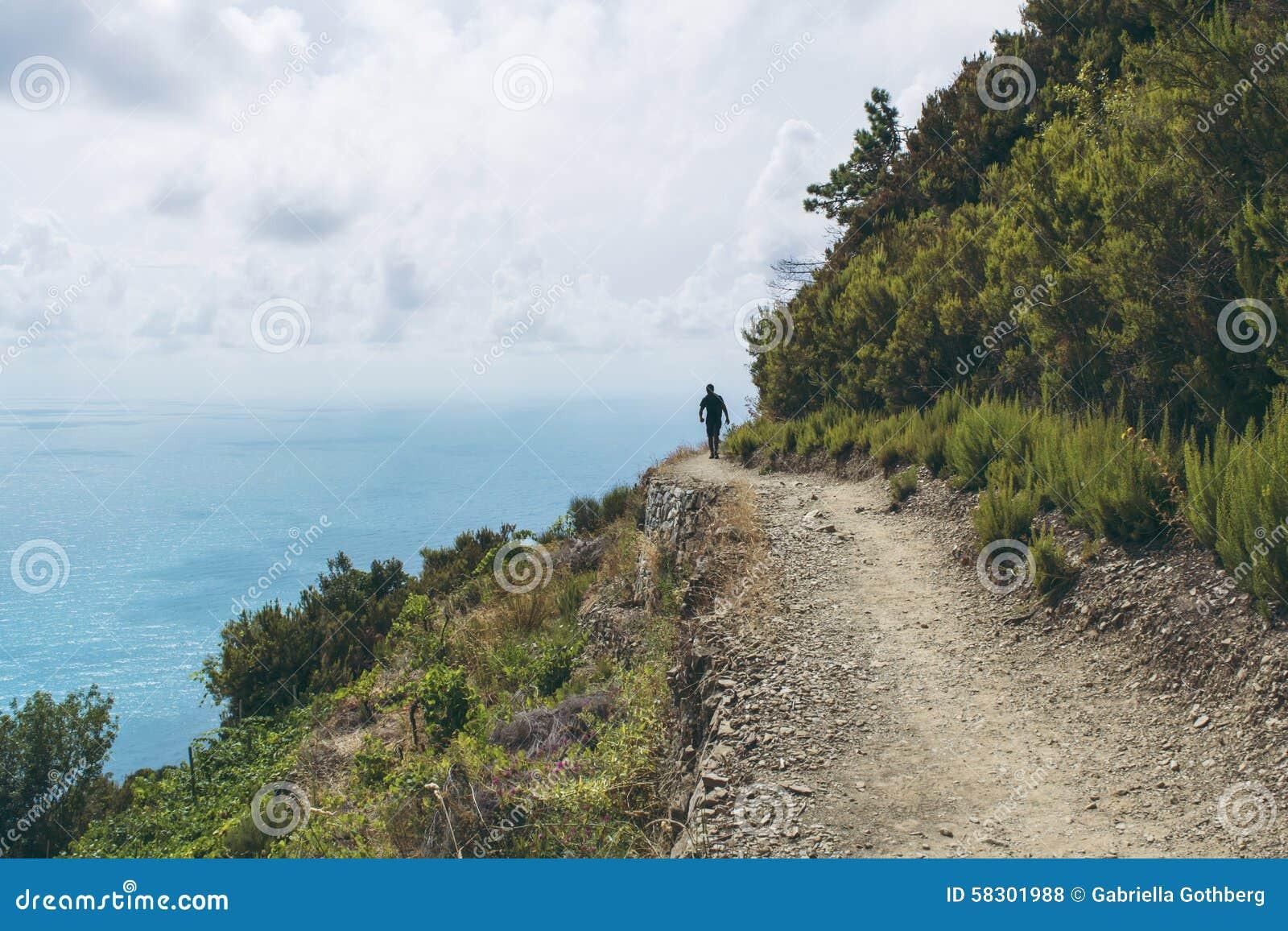 Silueta del caminante en Cinque Terre, Liguria, Italia