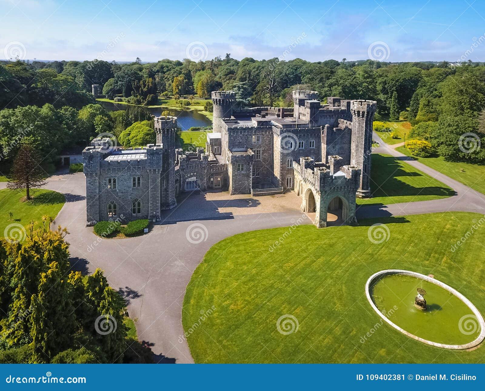 Silueta del hombre de negocios Cowering Castillo de Johnstown condado Wexford irlanda