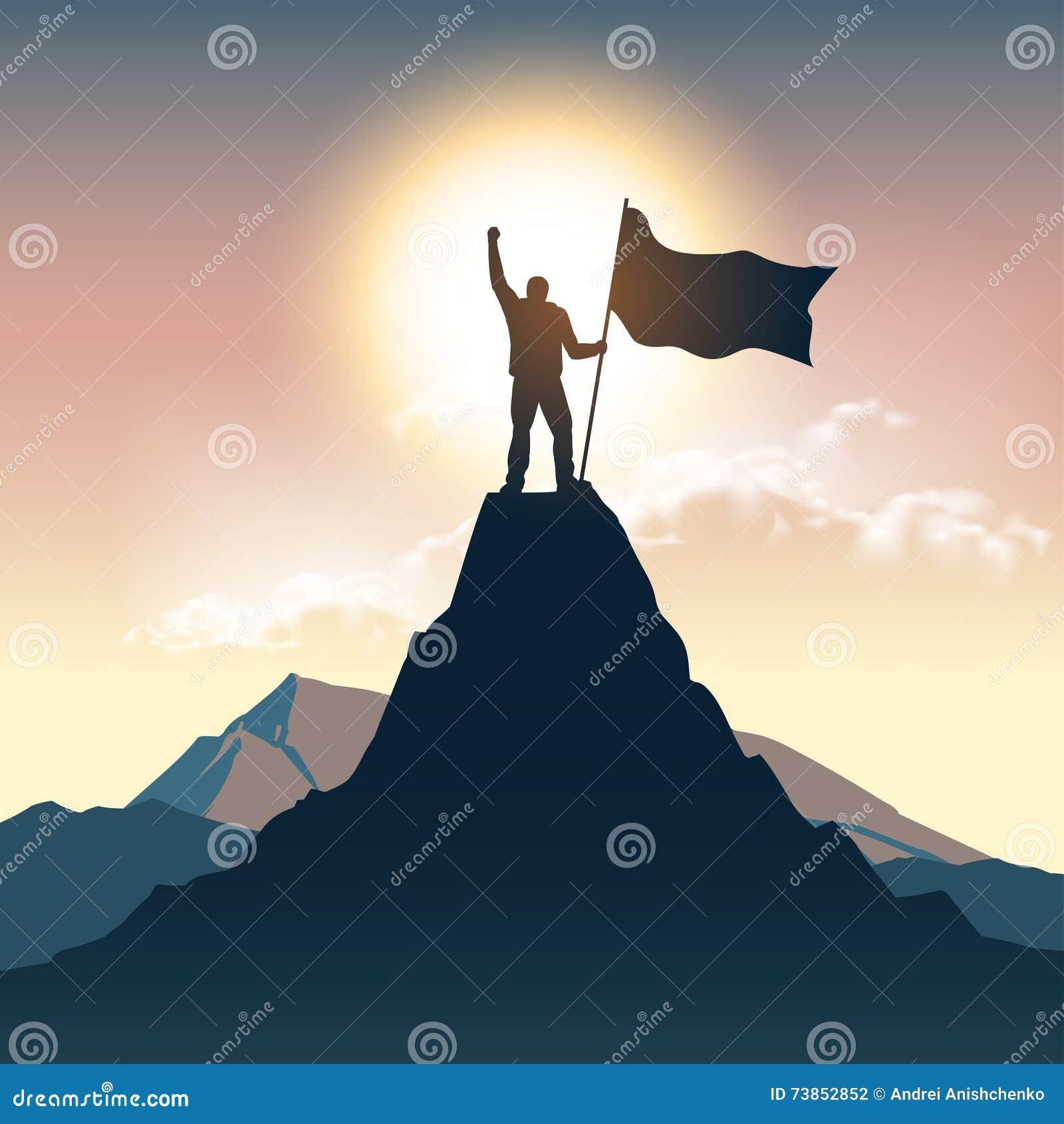 Silueta del hombre en el top de la montaña