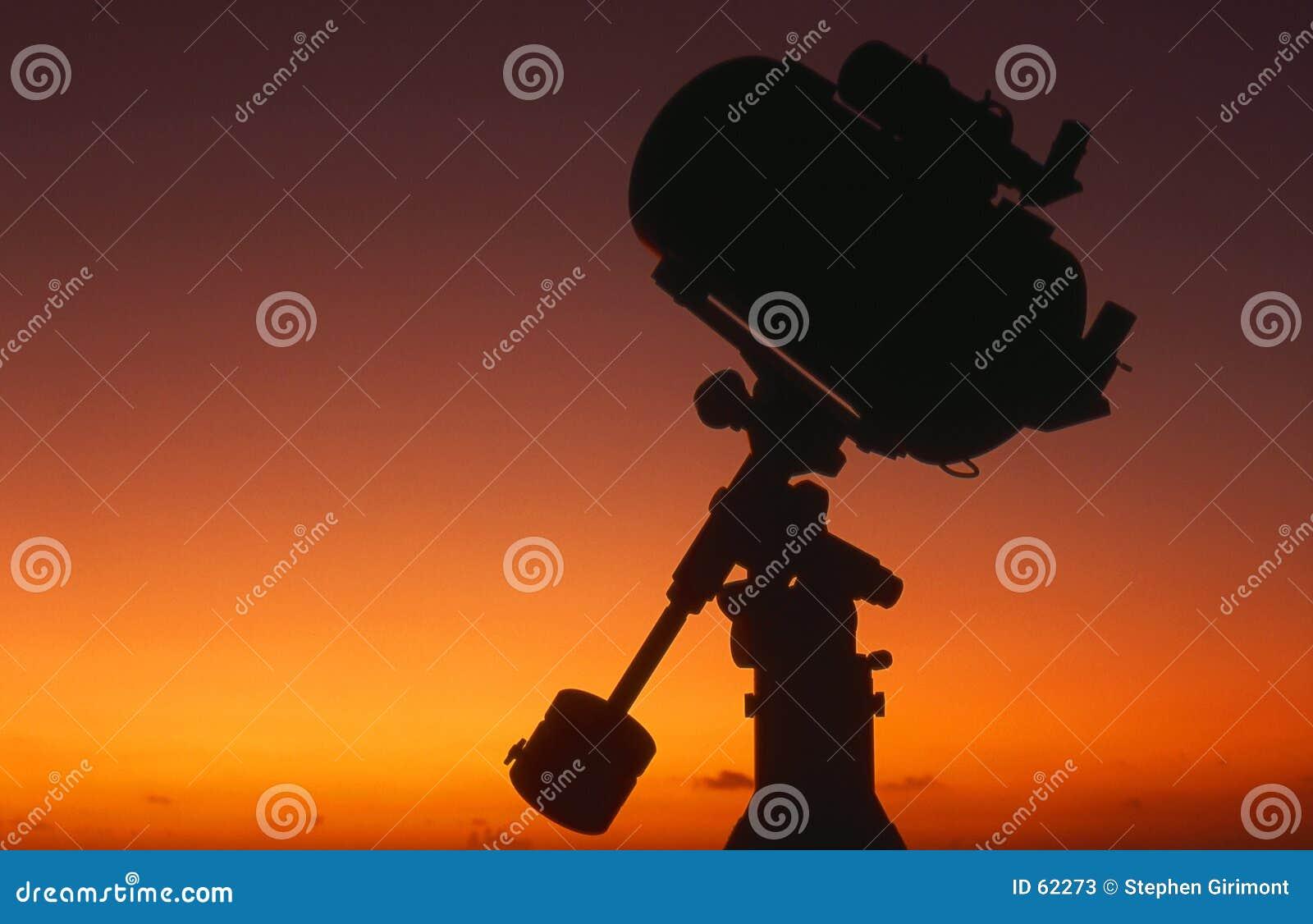Silueta del telescopio en la salida del sol #4