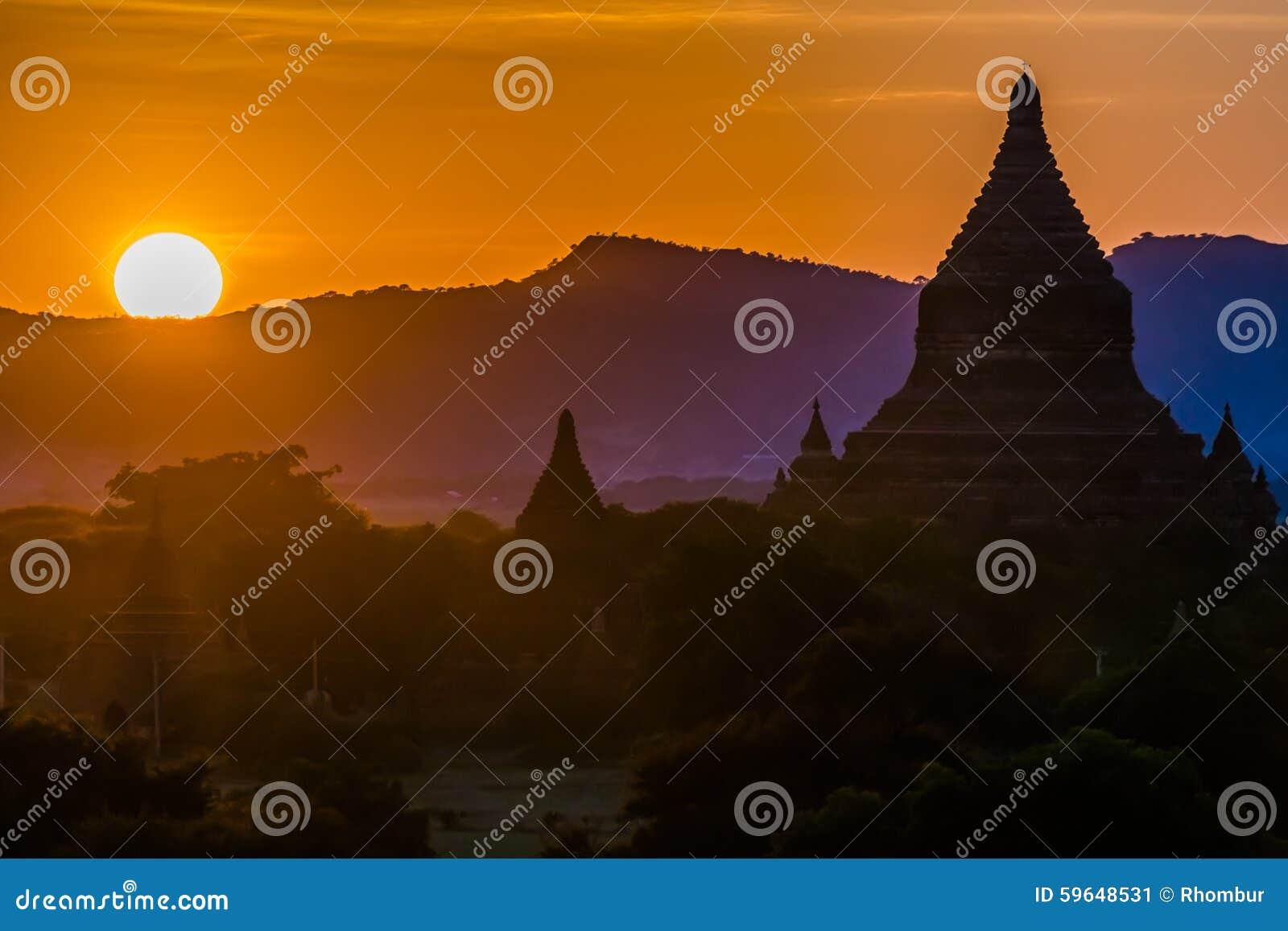 Silueta del templo de Bagan en la puesta del sol
