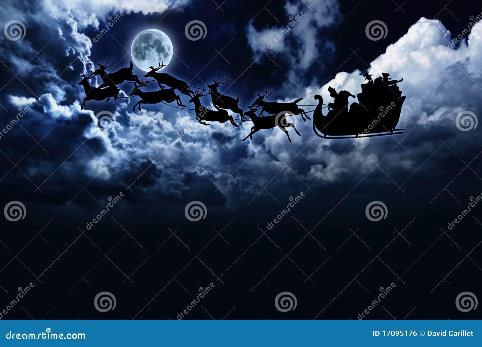 Silueta del trineo y del reno de santa en cielo nocturno