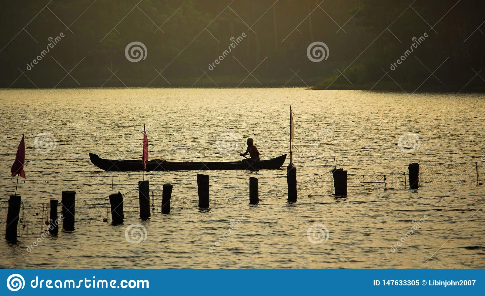 Silueta del viejo hombre solamente en barco
