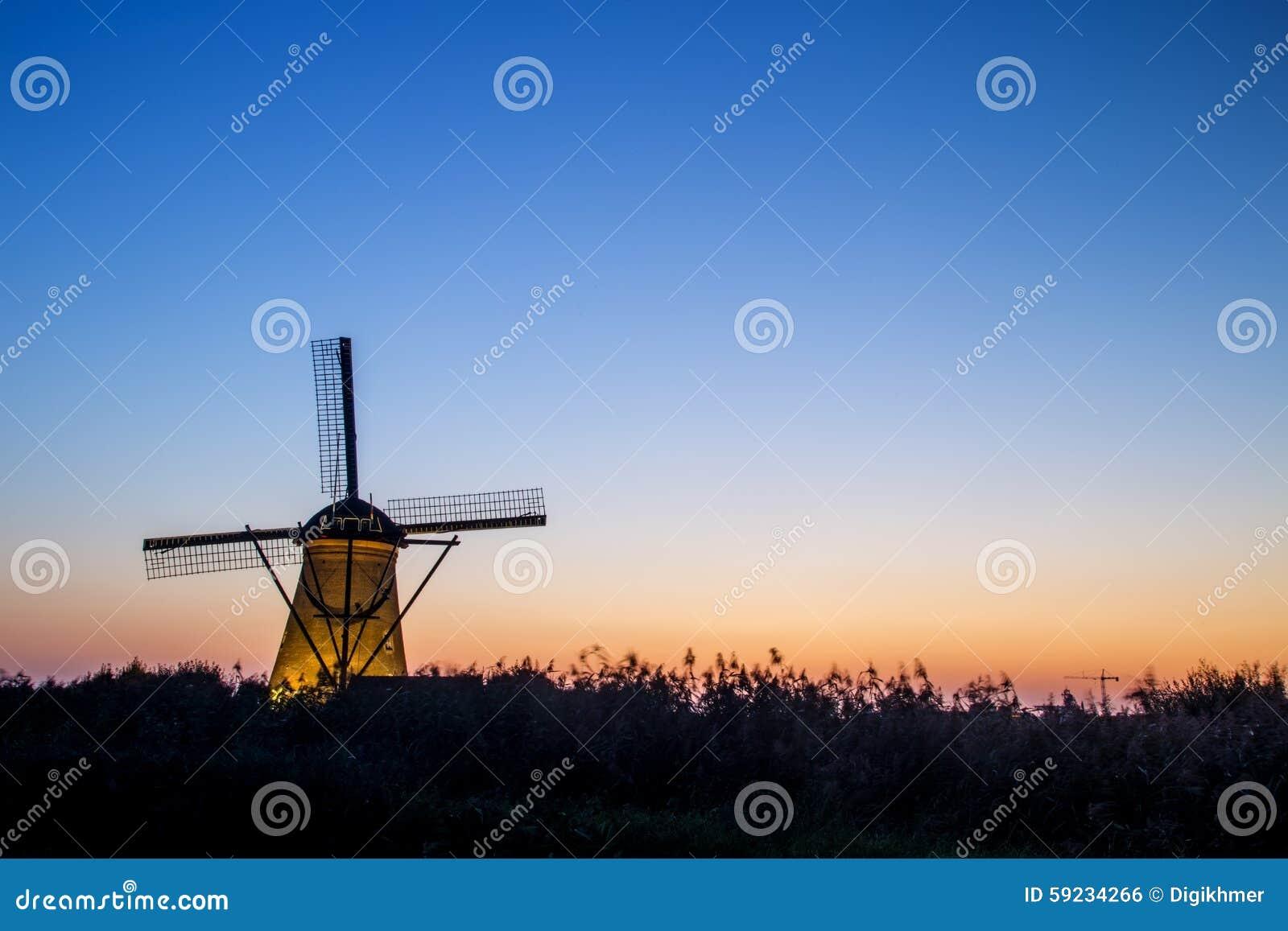 Silueta derecha del molino de viento en la puesta del sol