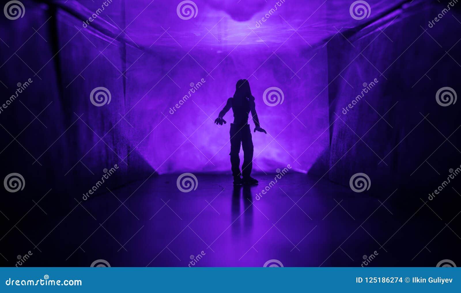 Silueta espeluznante en el edificio abandonado oscuridad Horror sobre concepto maniaco o pasillo oscuro con las puertas de gabine