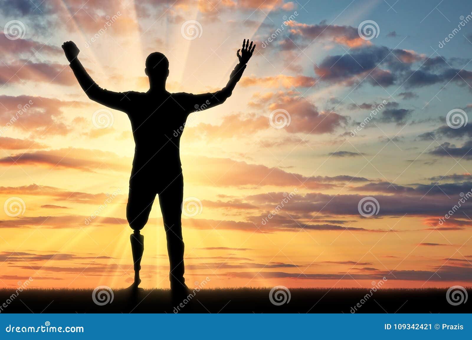 Silueta feliz de un hombre discapacitado con los brazos y las piernas prostéticos