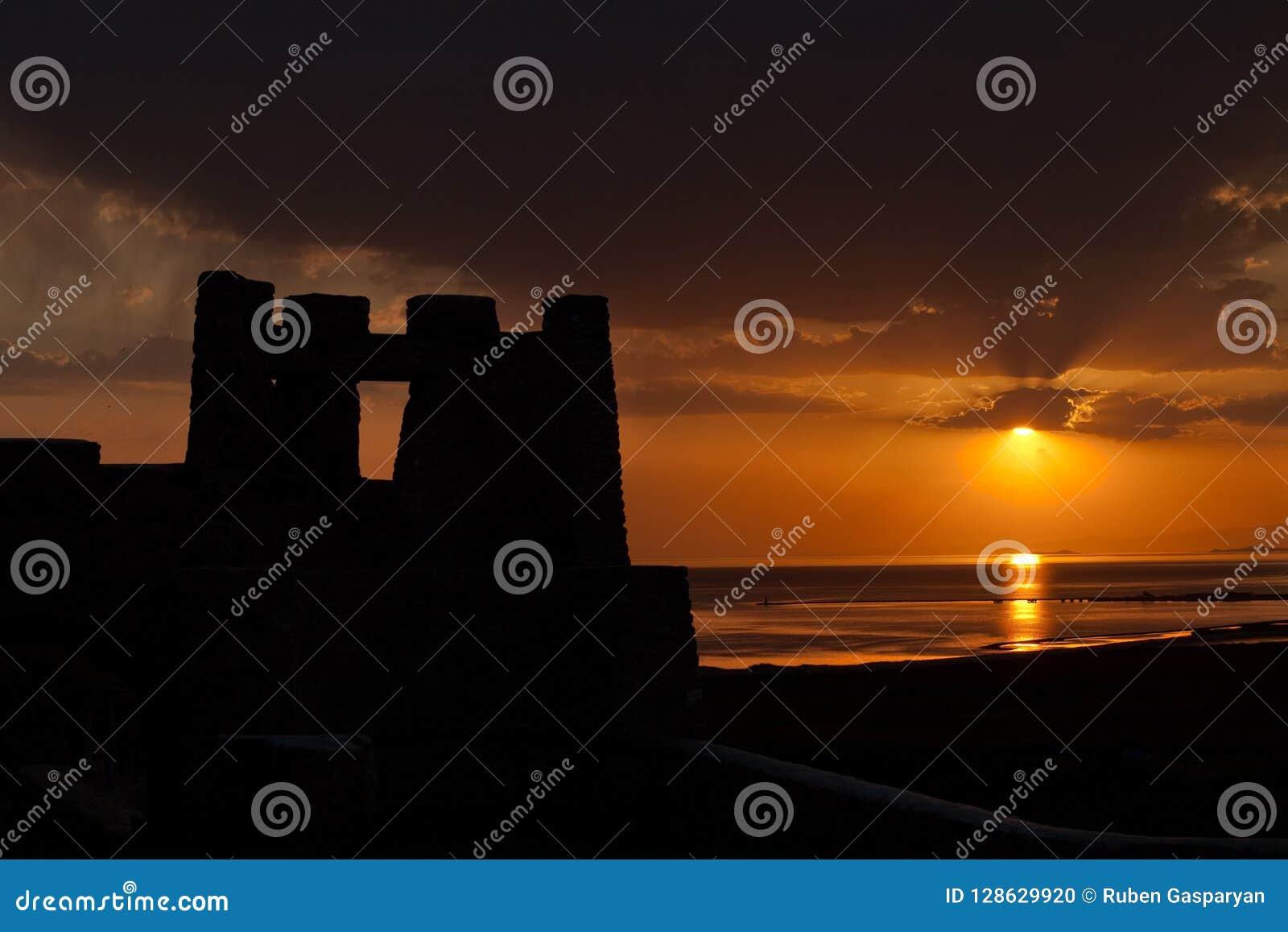 Silueta medieval del castillo en la puesta del sol