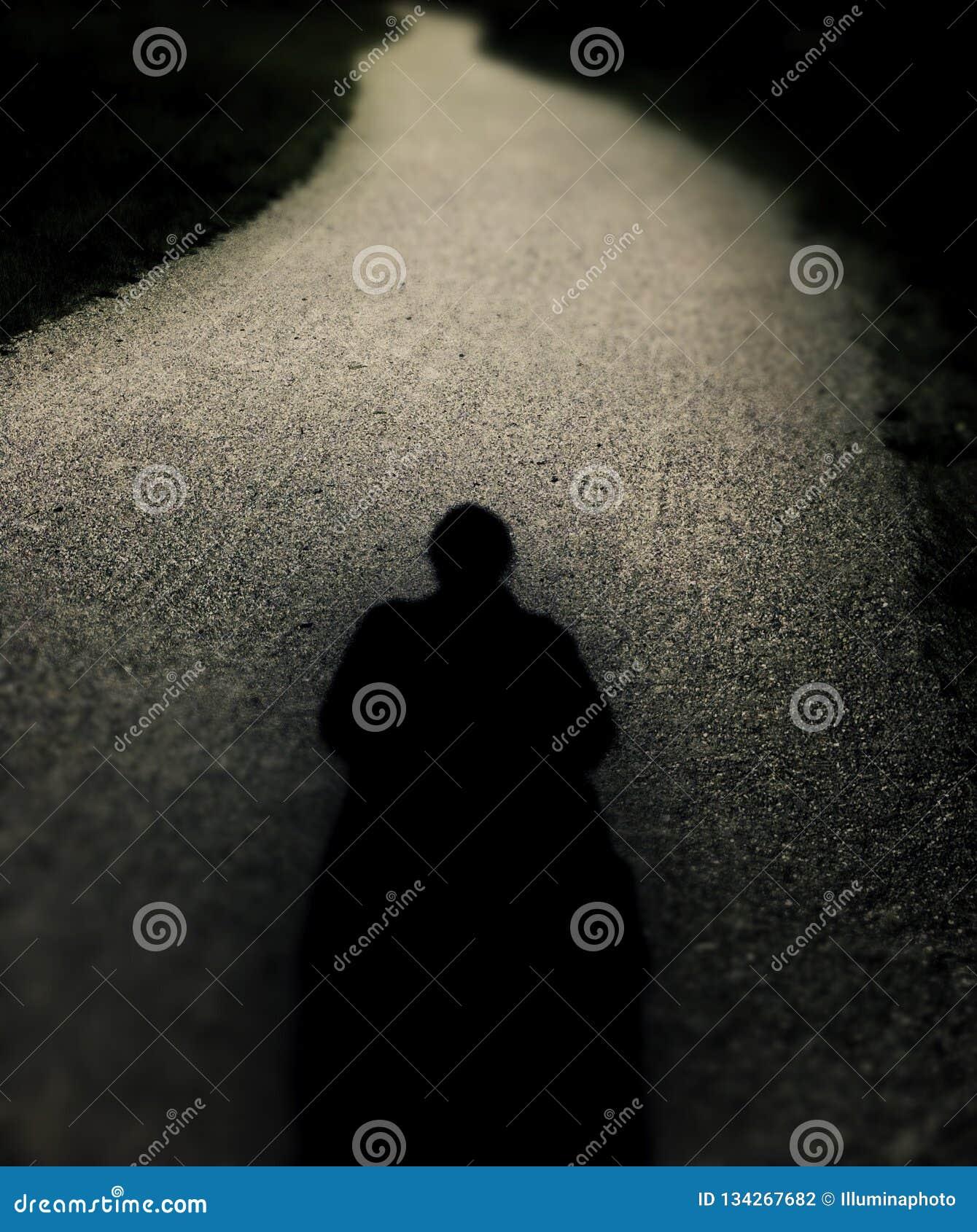 Silueta solitaria espeluznante en la trayectoria de enrrollamiento larga