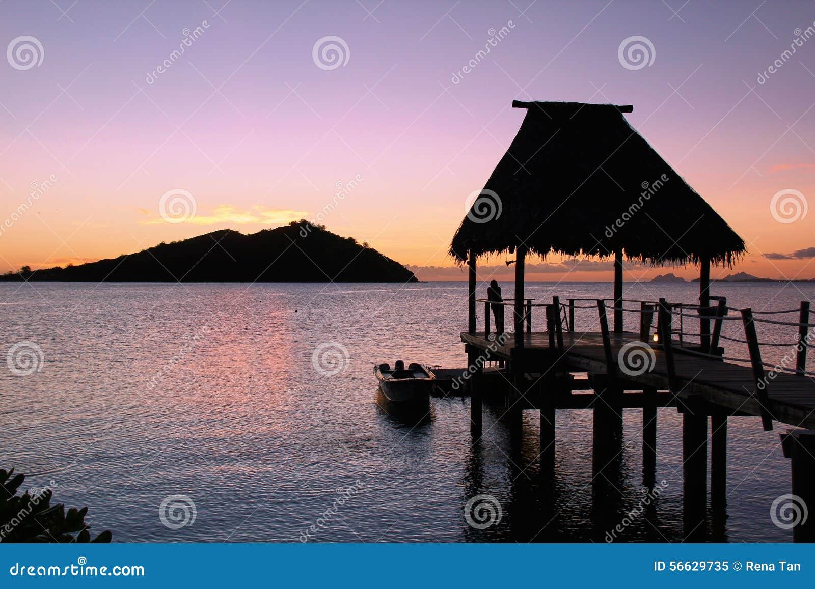 Silueta solitaria que mira puesta del sol