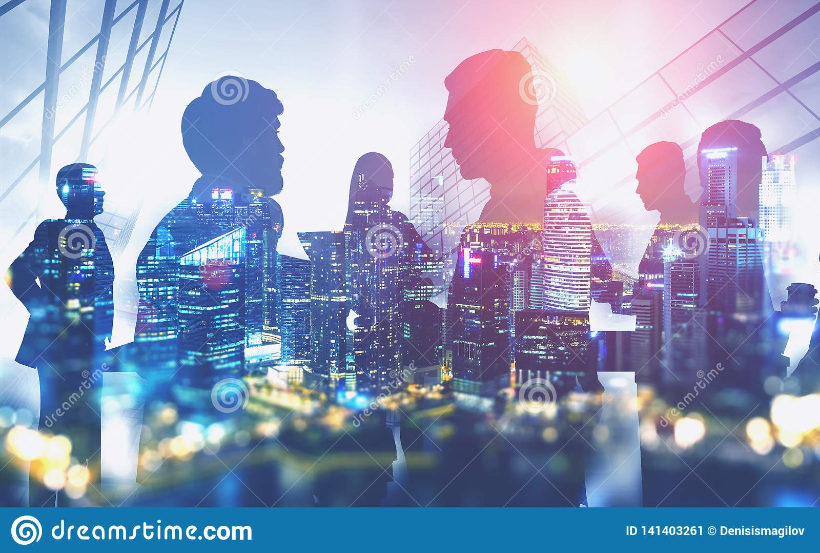 Siluetas de hombres de negocios en ciudad de la noche