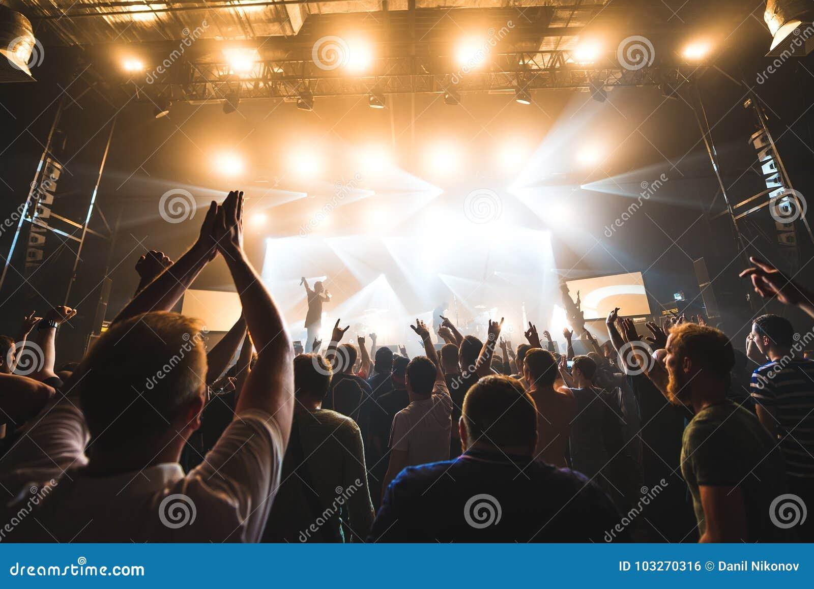 Siluetas De La Gente En Un Brillante En El Concierto De Rock Del ...