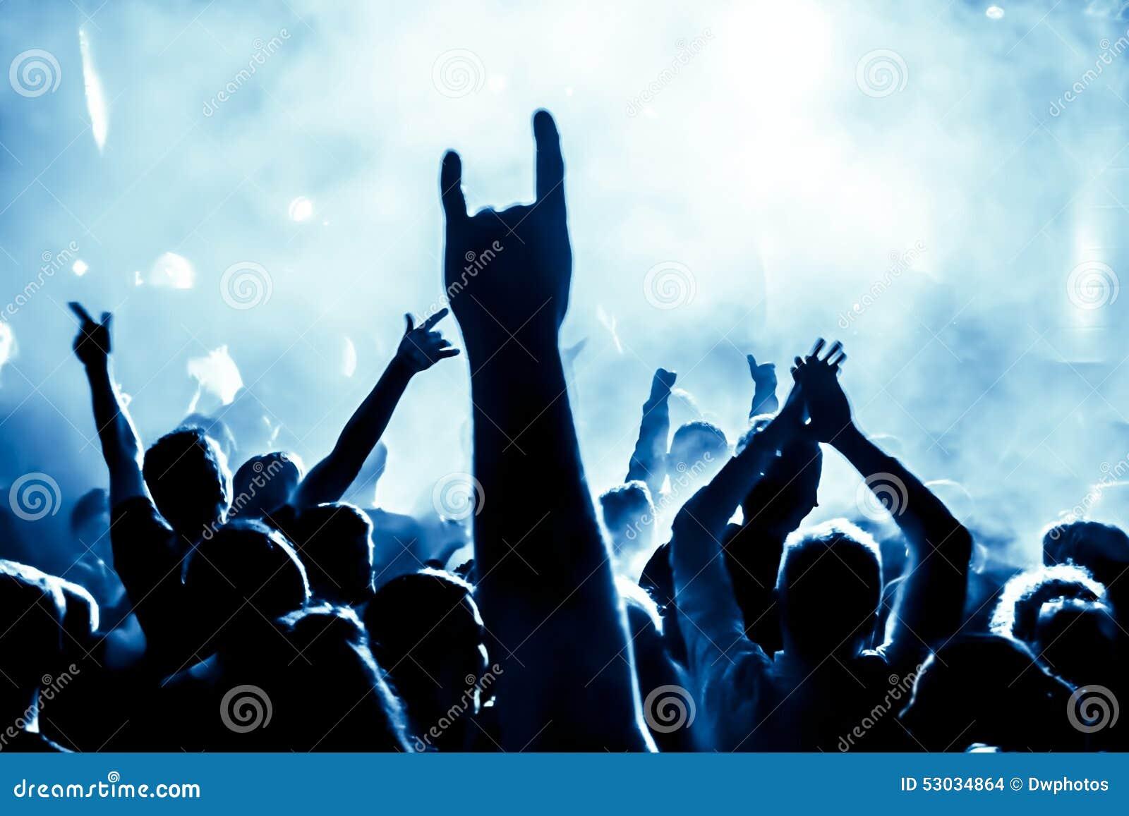 Siluetas de la muchedumbre del concierto