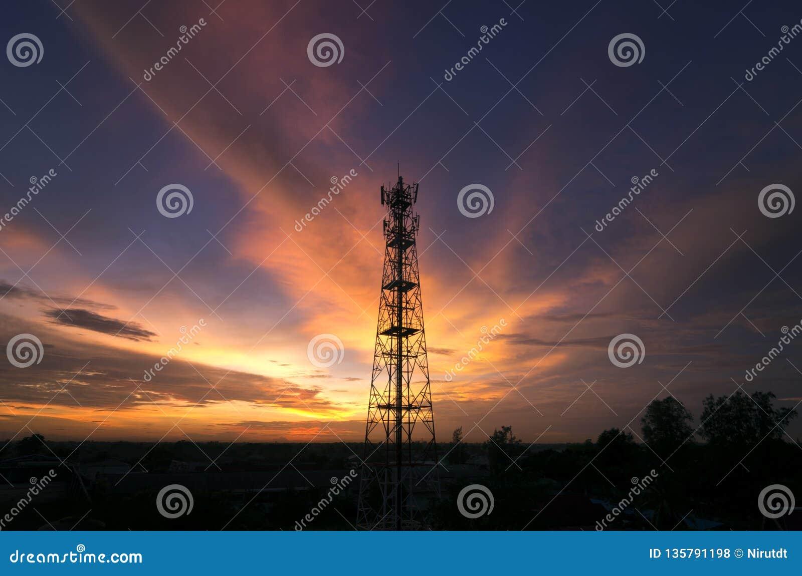 Siluetea la torre de la telecomunicación