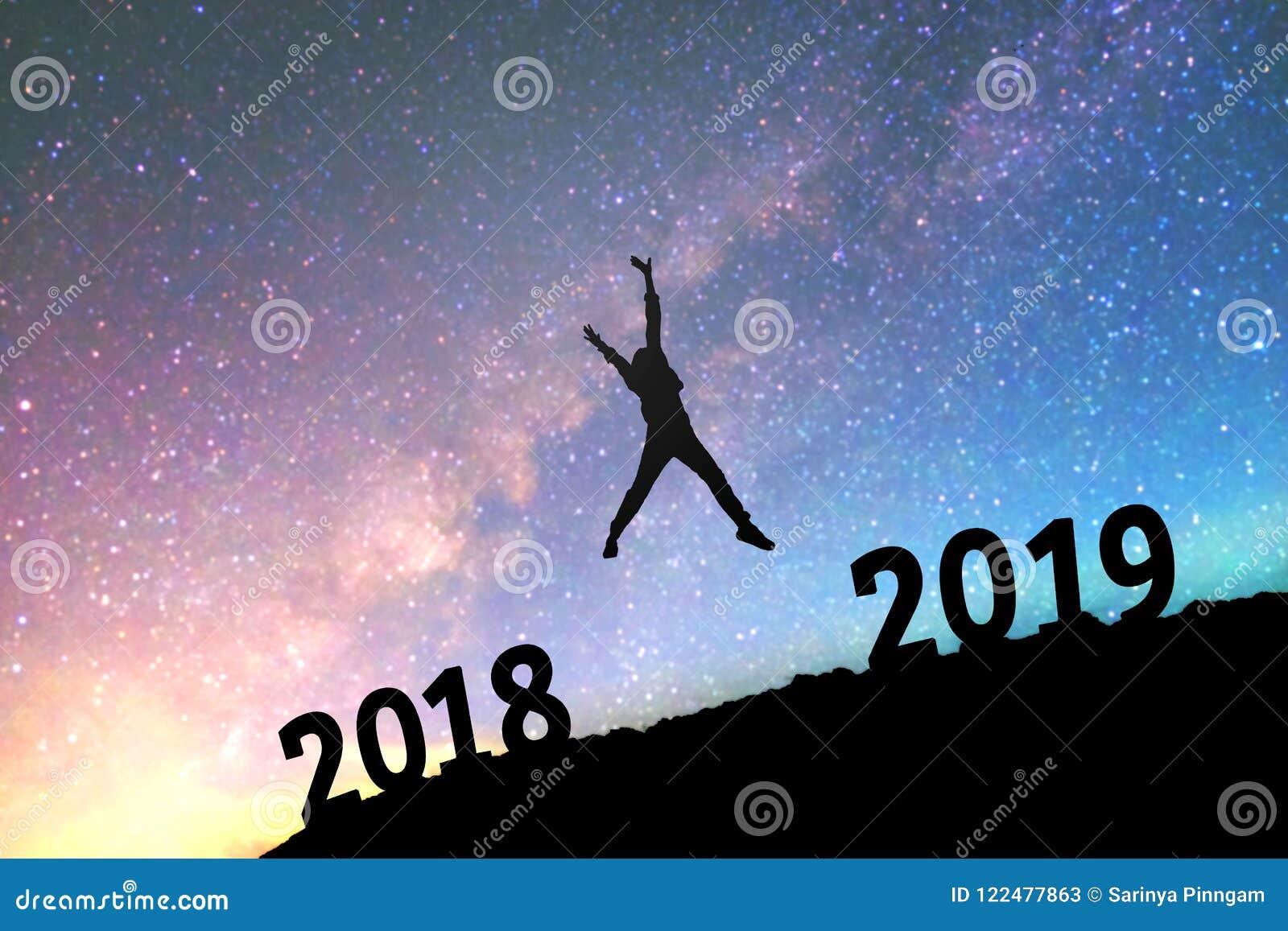 9143ce04cdfc Siluetee Al Hombre Joven Feliz Para El Fondo Del Año Nuevo 2019 En ...