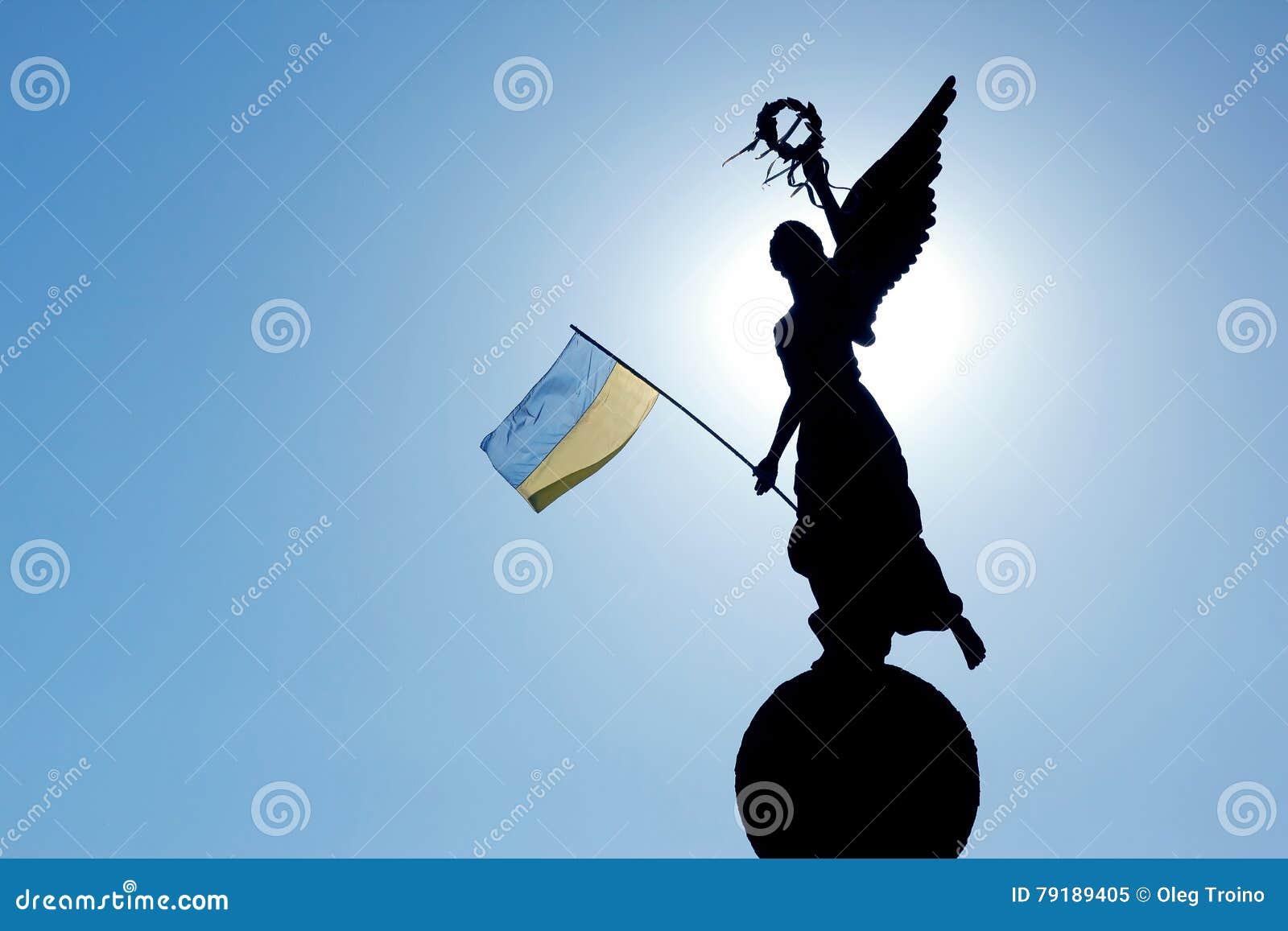 Siluetta alla luce solare del monumento di indipendenza i