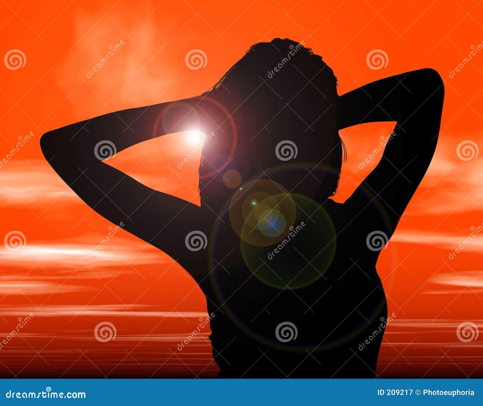 Siluetta con il percorso di residuo della potatura meccanica della donna contro il tramonto