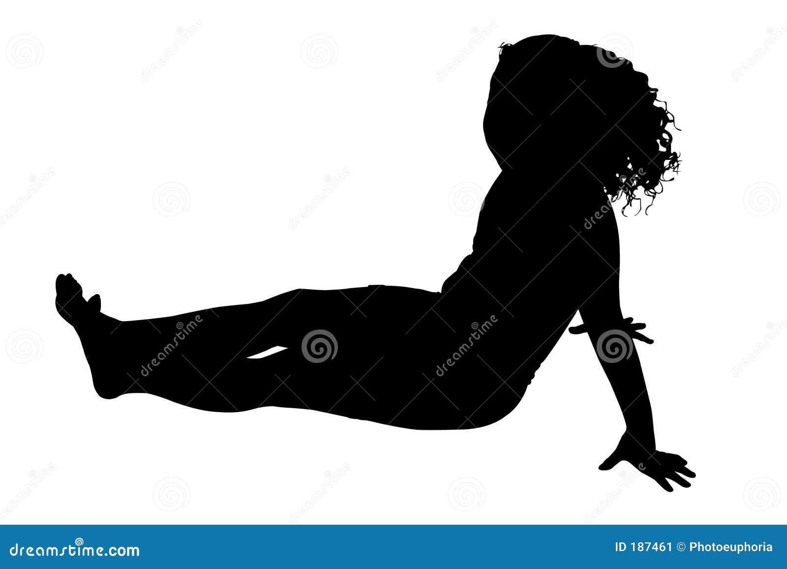 Siluetta con il percorso di residuo della potatura meccanica della ragazza che si siede sul pavimento