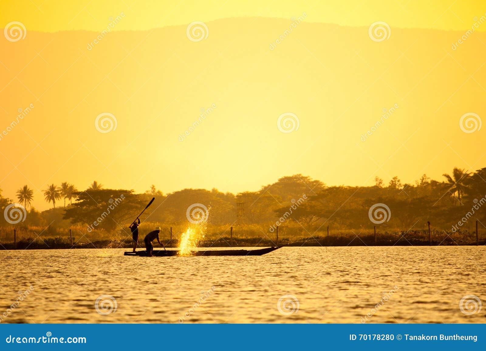 Siluetta dei pescatori