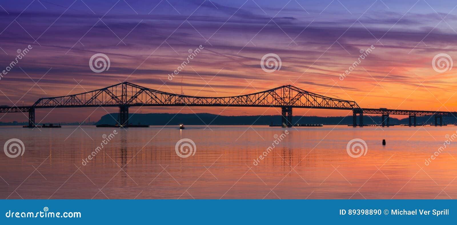 Siluetta del ponte di zeta di Tappan al tramonto