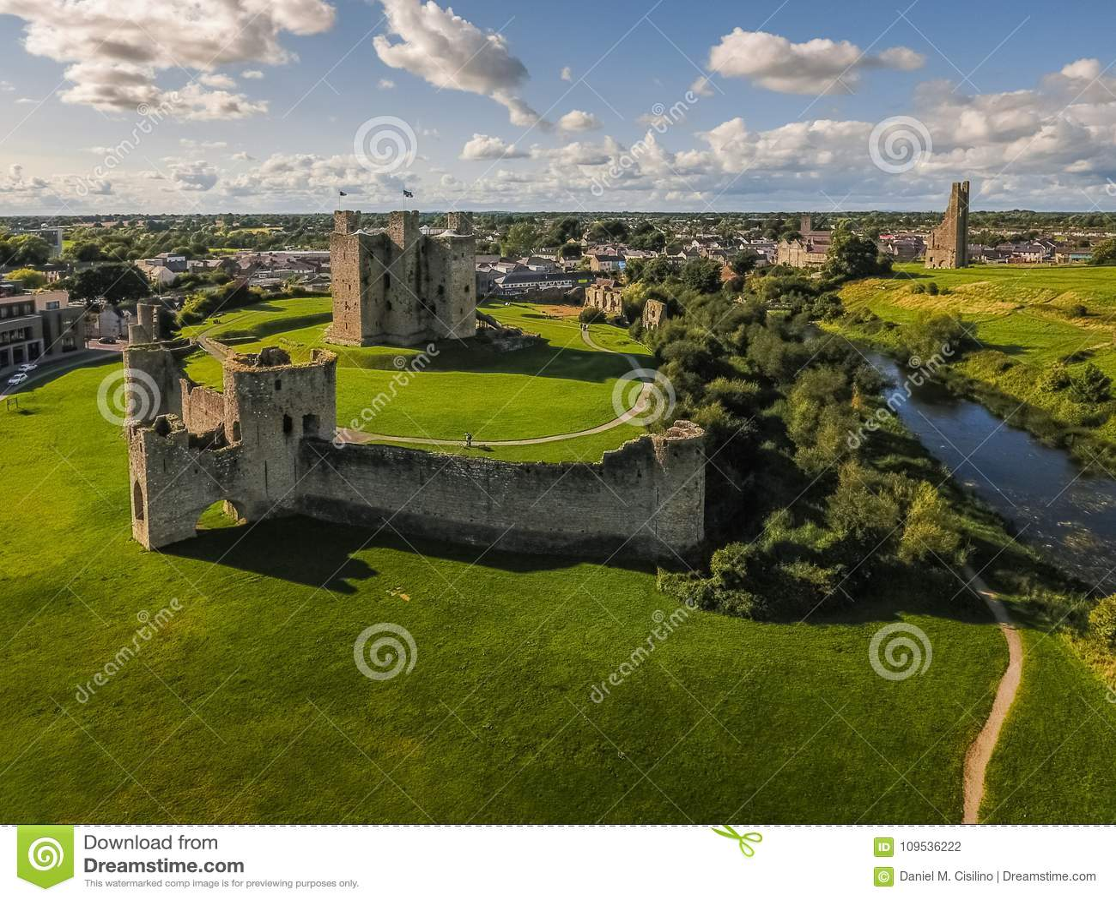 Siluetta dell uomo Cowering di affari Castello della disposizione contea Meath l irlanda