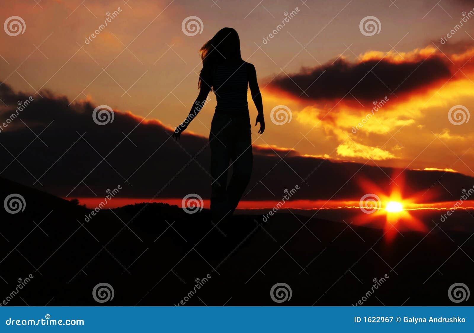 Siluetta della ragazza sul tramonto