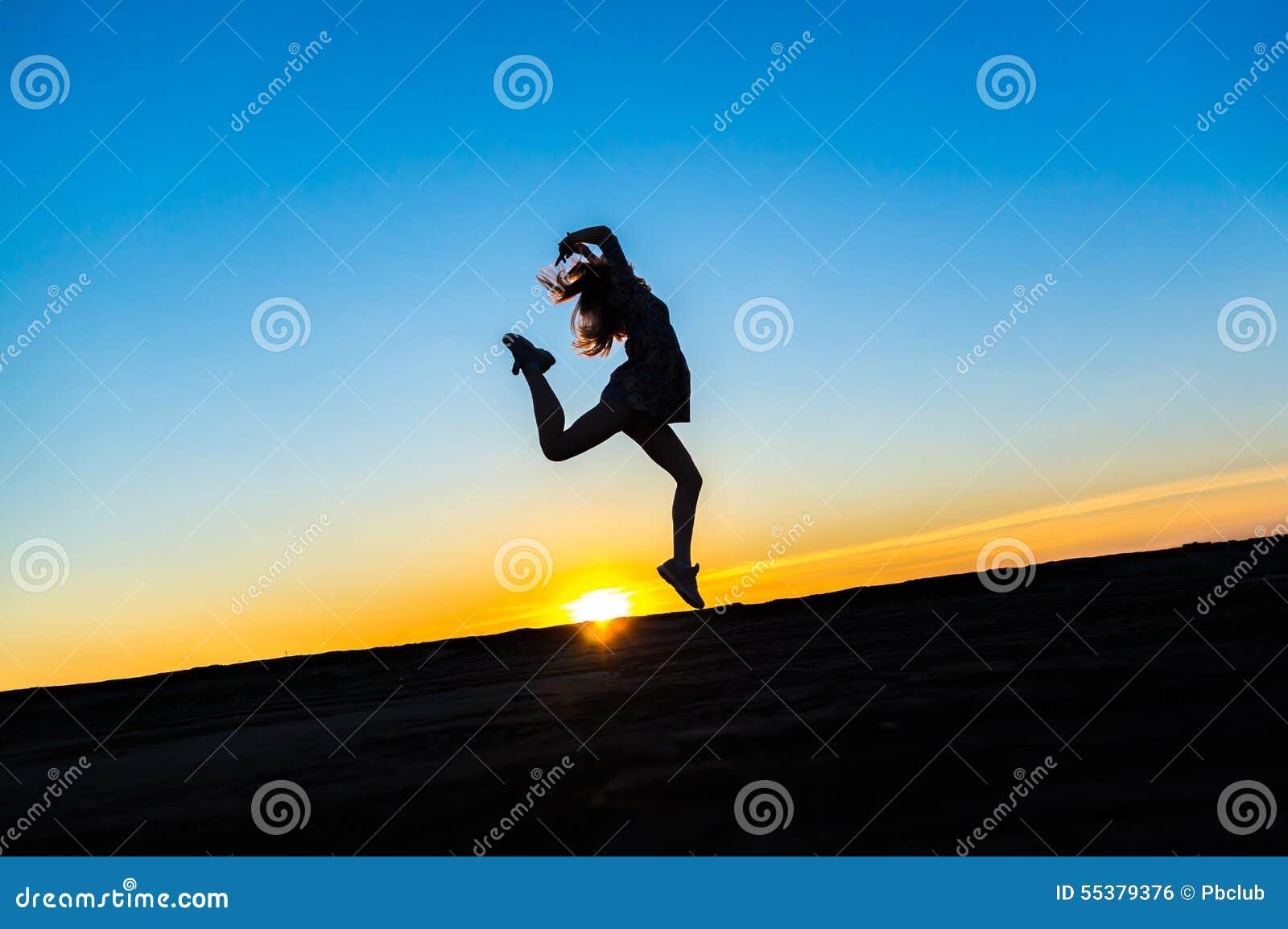 Siluetta di bello ballerino in buona salute felice della donna