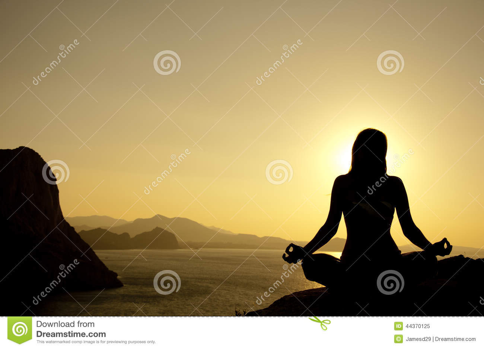 Siluetta di posizione di loto di yoga sulla spiaggia