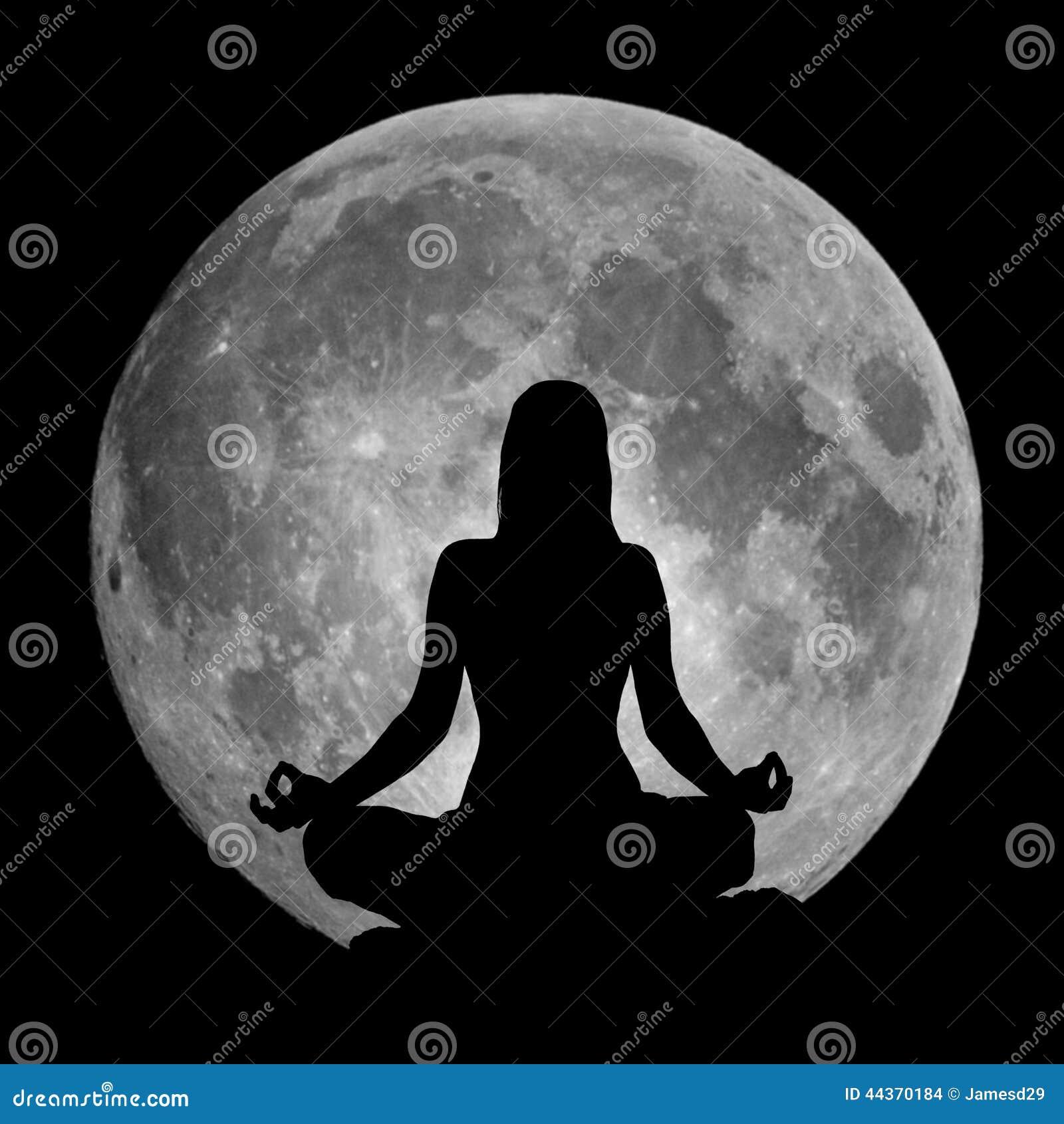 Siluetta di posizione di yoga contro la luna