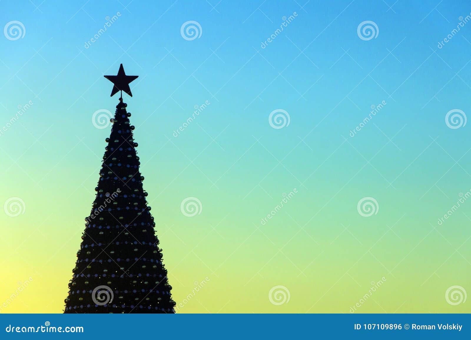 Stella Di Natale A 5 Punte.Siluetta Di Un Albero Di Natale Decorato Con Una Stella A Cinque