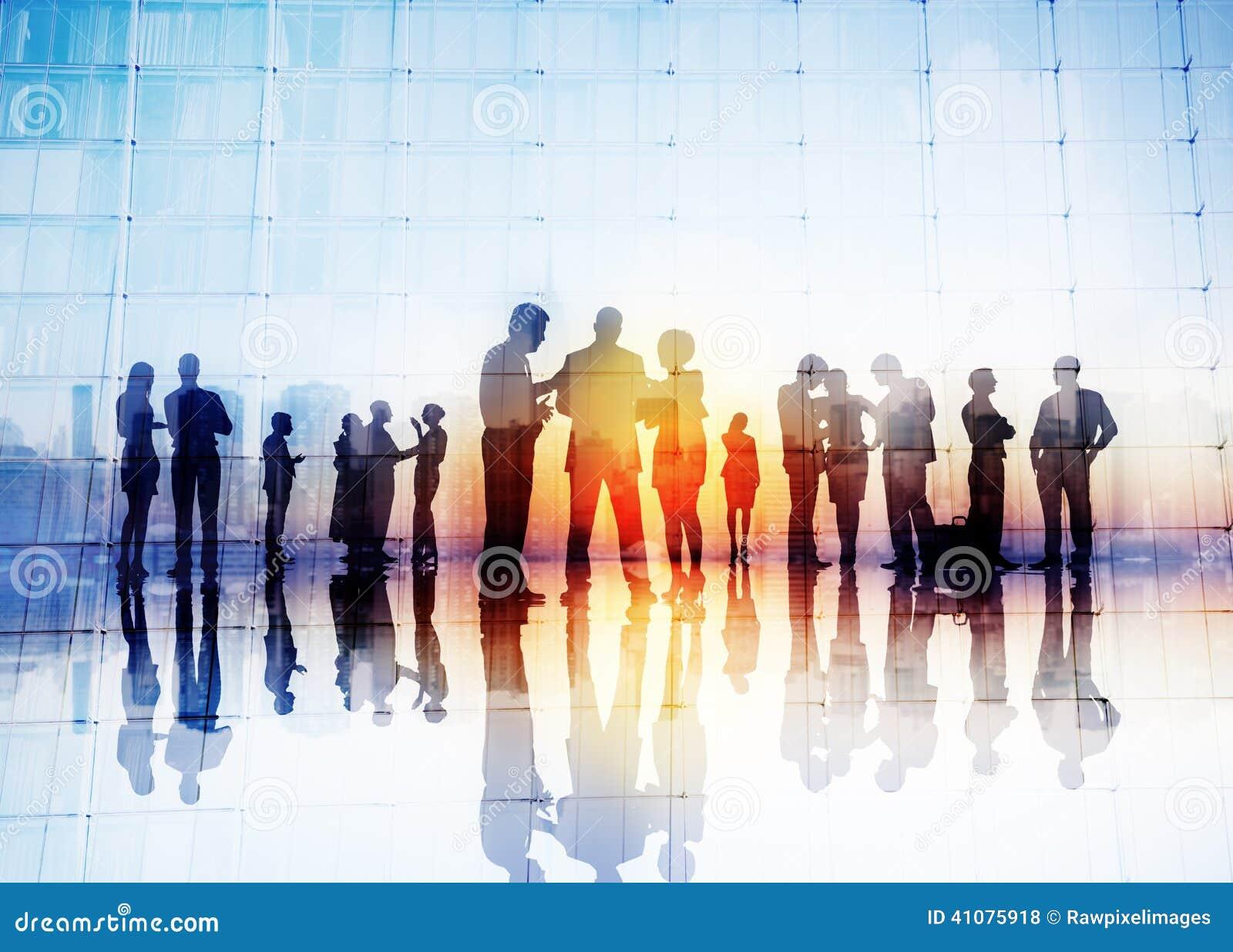 Siluette della gente di affari che discute all aperto