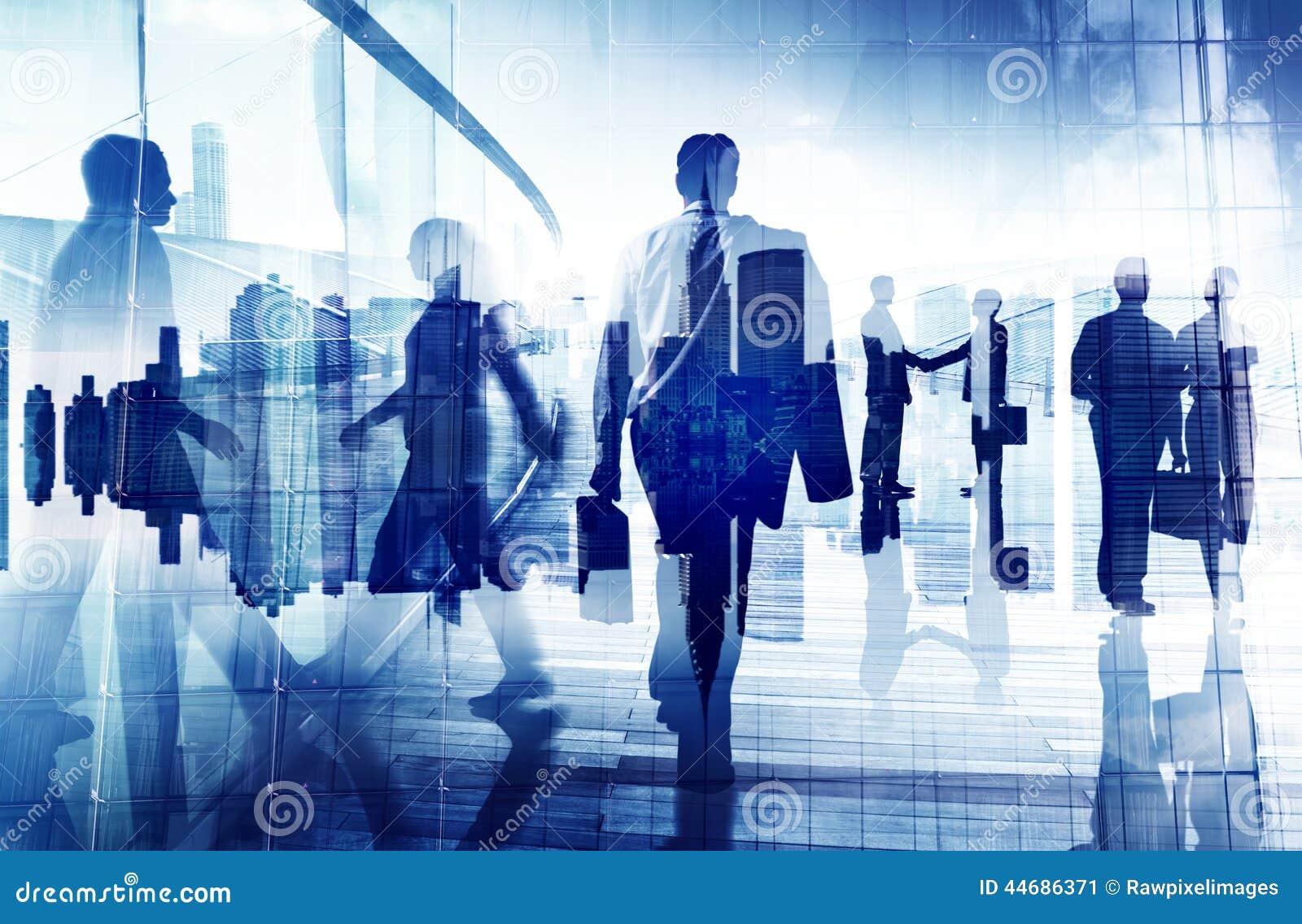 Siluette della gente di affari in un edificio per uffici
