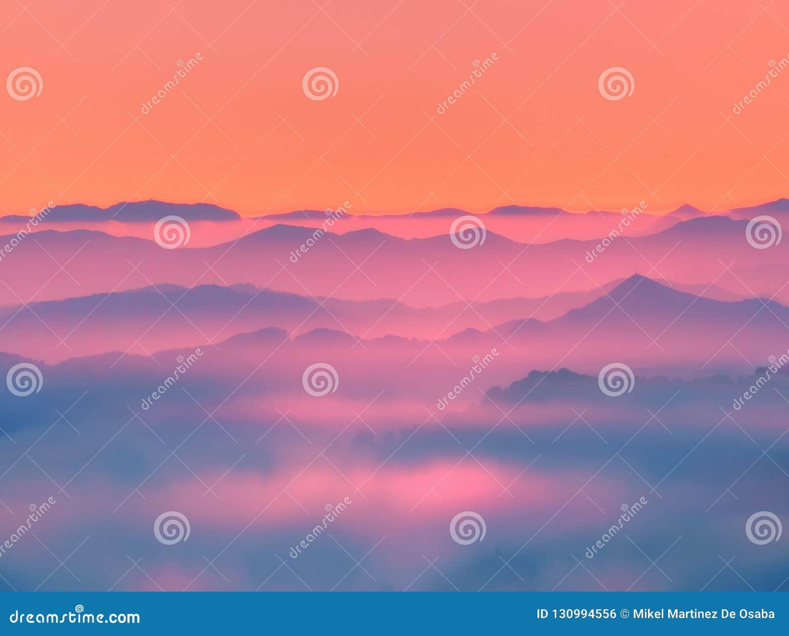 Siluette delle montagne nebbiose