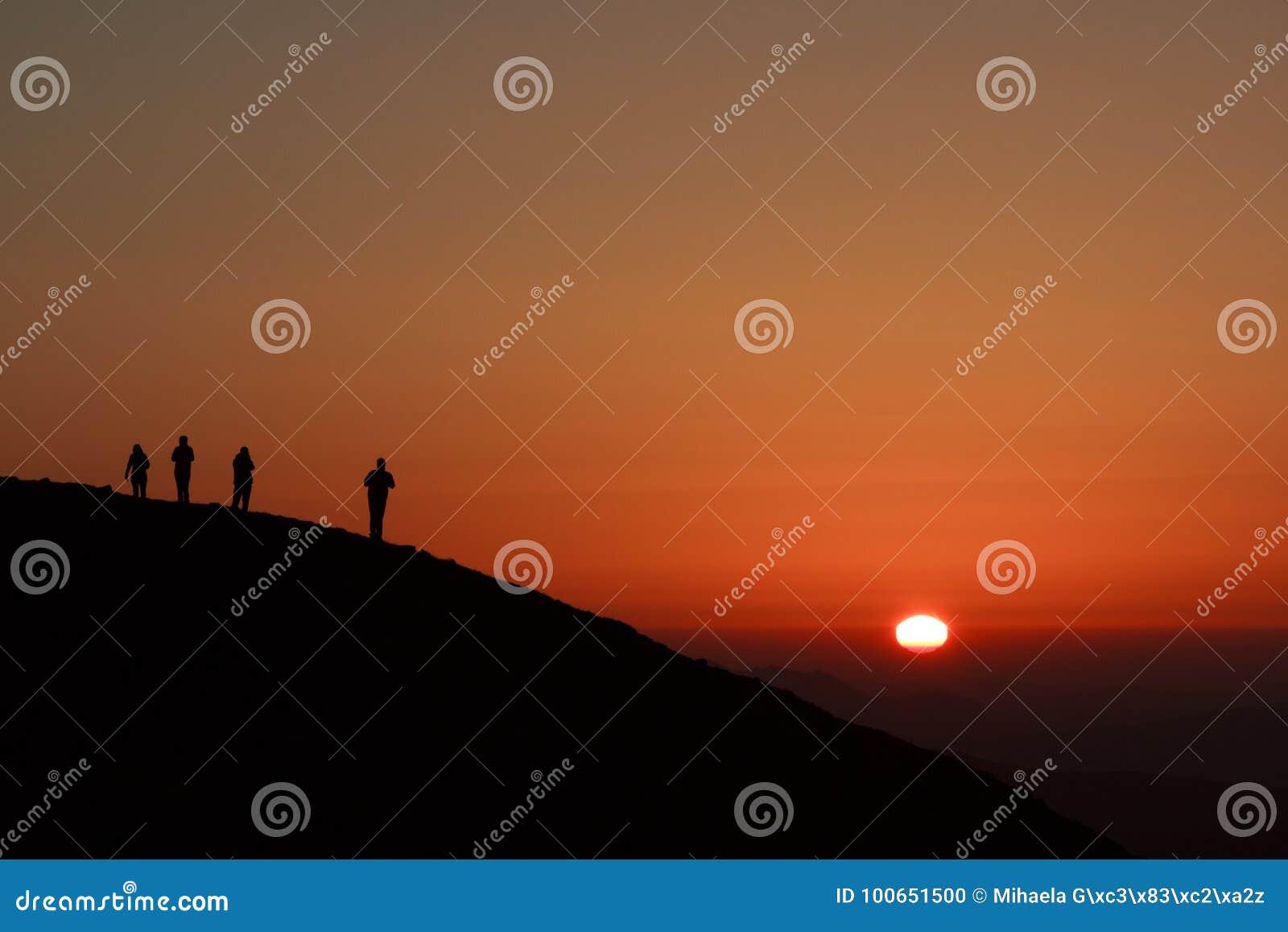 Siluette lungo la cresta di montagna