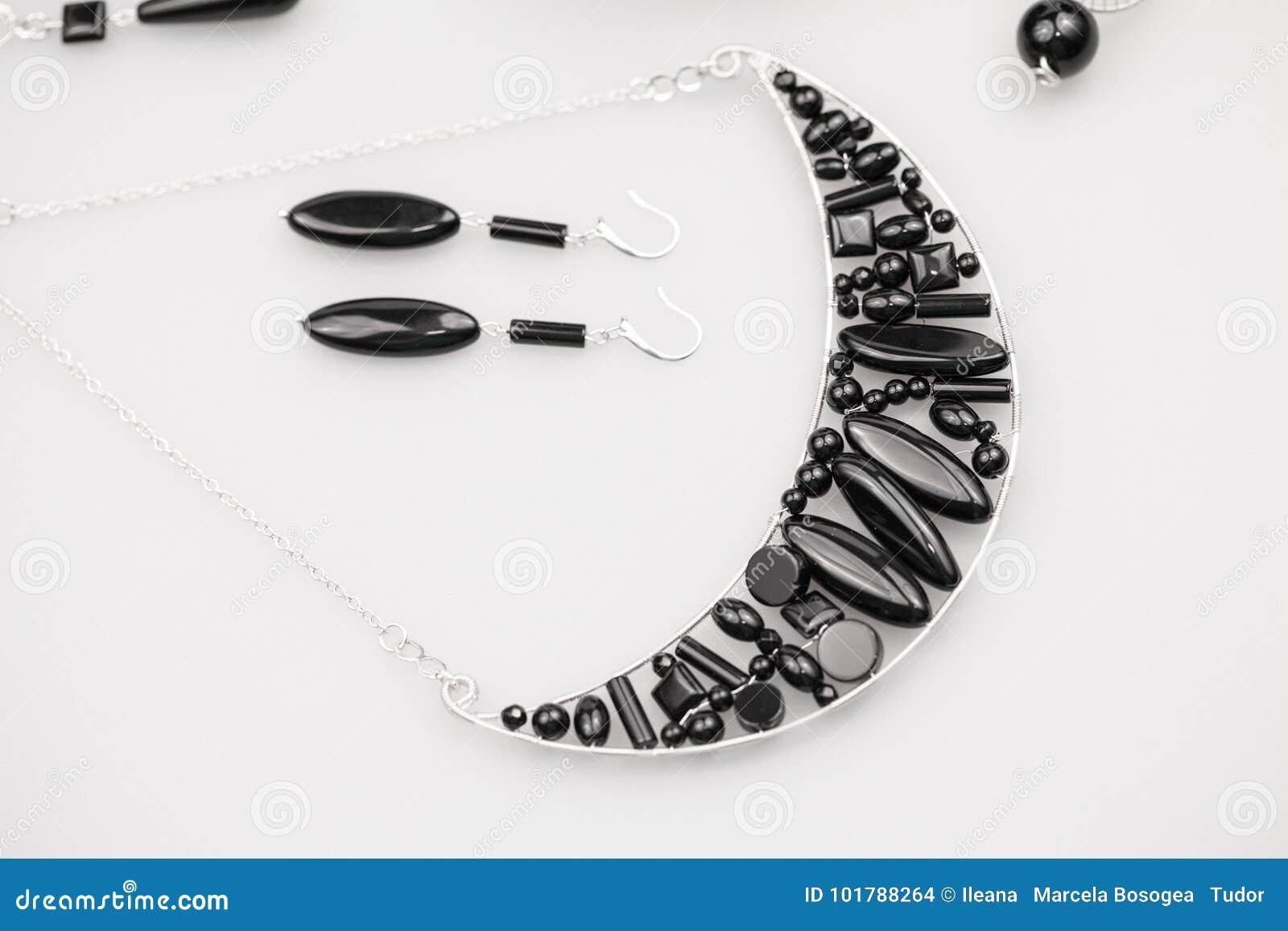 Silverjuvlar med onyxstenar