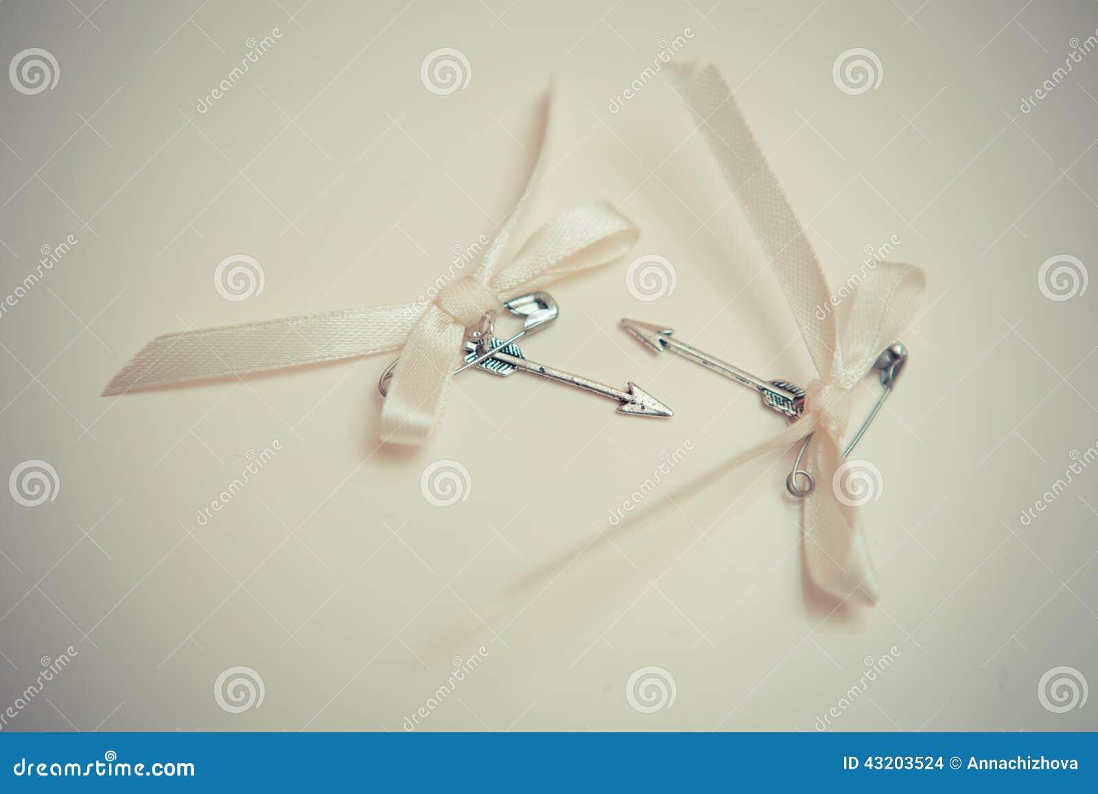 Download Silverpilar Av Förälskelse Med Pilbågar Arkivfoto - Bild av valentin, förälskelse: 43203524