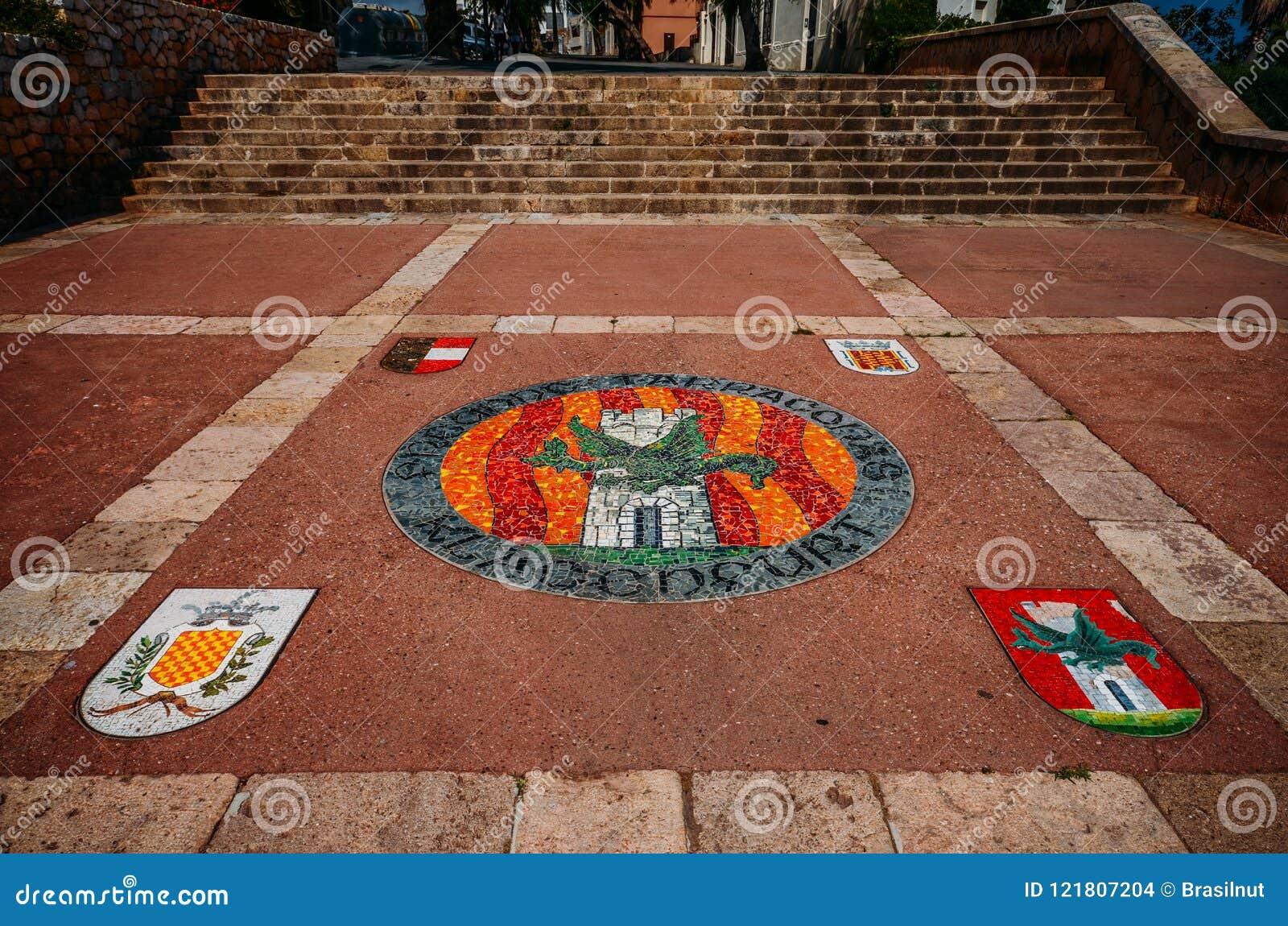 Simbolice el mosaico en la tierra en el centro histórico de Tarragona, Cataluña, España