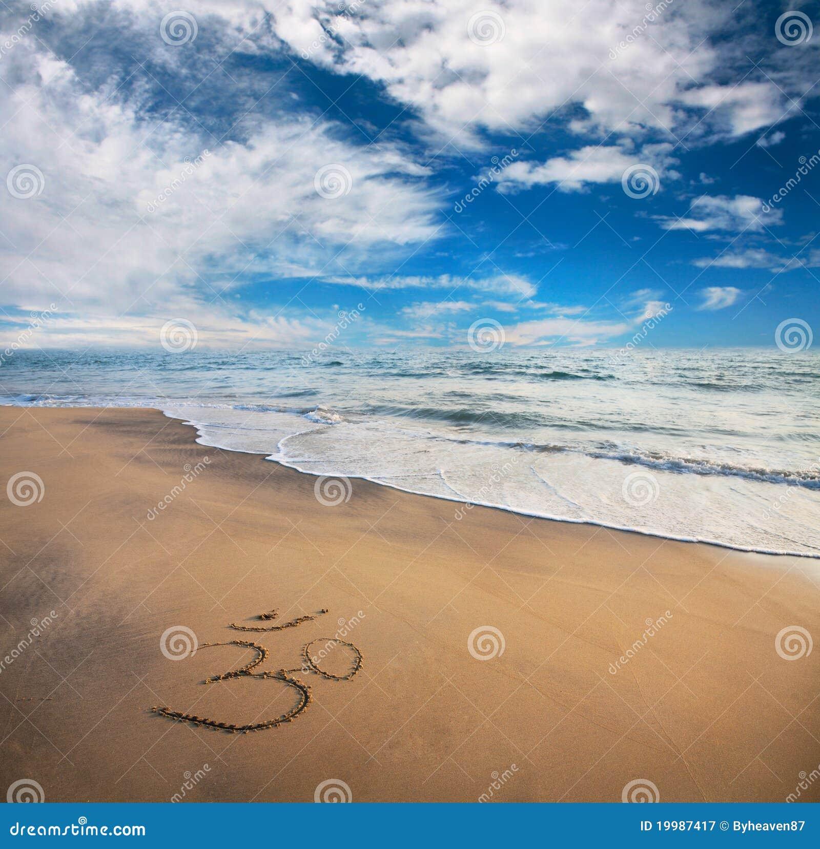 Simbolo del OM sulla spiaggia