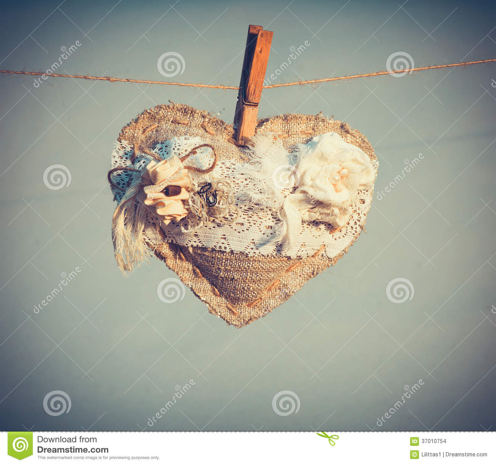 Simbolo di amore di forma del cuore con il regalo di festa di giorno di biglietti di S. Valentino della decorazione dei fiori bian