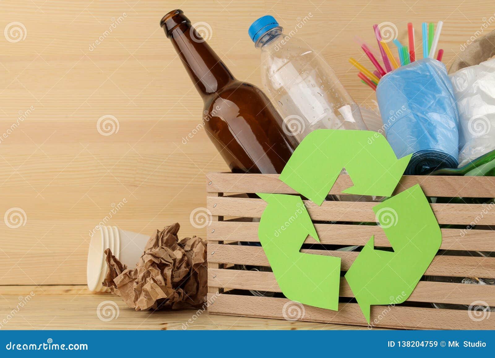 Simbolo e rifiuti di Eco nella scatola riciclaggio Riciclaggio dei rifiuti su fondo di legno naturale