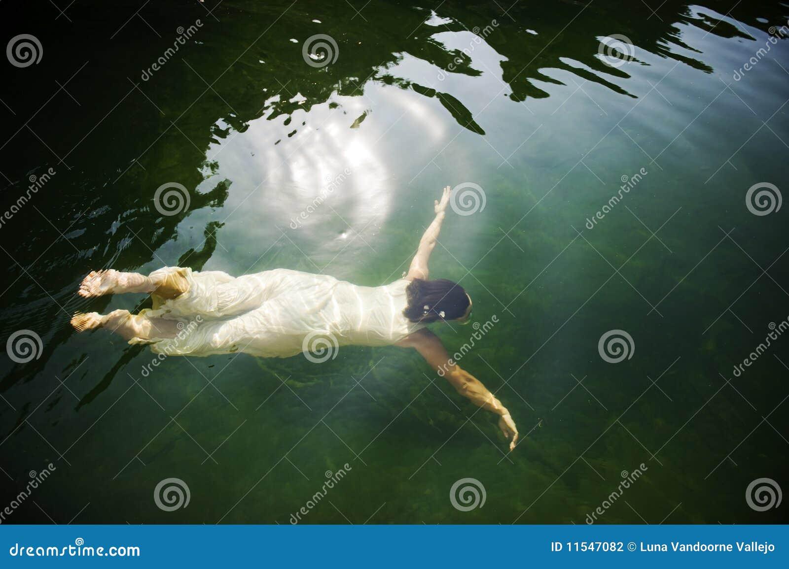 Simma under vattenkvinna
