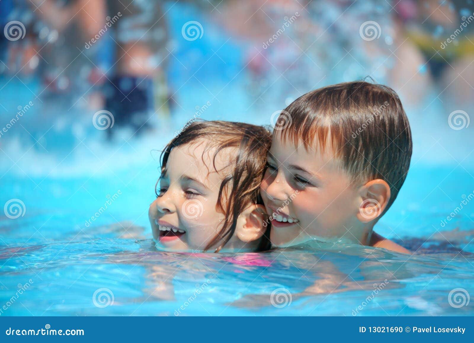Simning för pöl för aquaparkpojkeflicka le