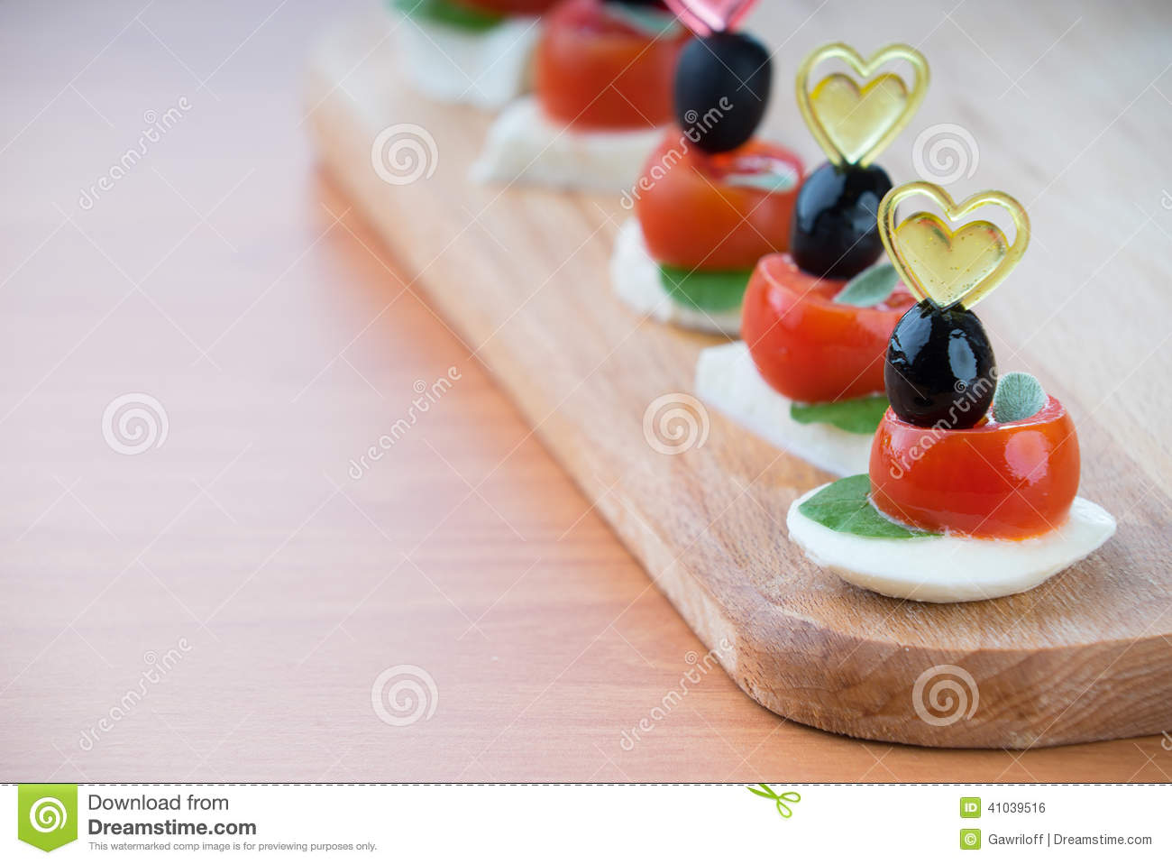 Simple snack canape with tomato mozzarella and basil for Mozzarella canape