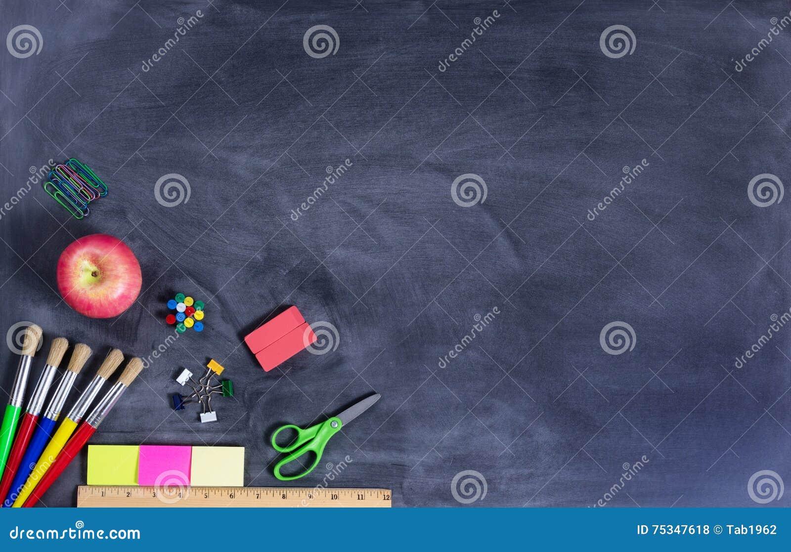 Simples de volta às fontes de escola no quadro preto apagado