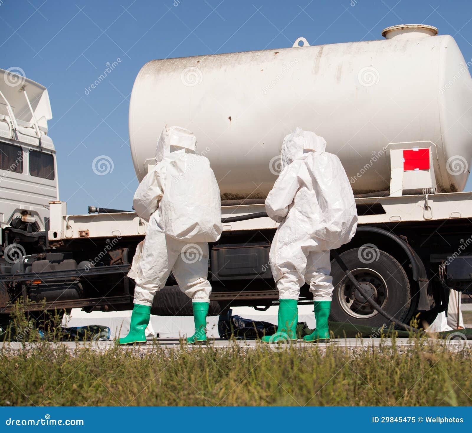 Derramamento químico após o acidente de viação